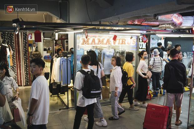 Giới trẻ Sài Gòn bung xoã hết nấc tại các toạ độ shopping: Chật kín chỗ, các shop liên tục báo cháy hàng - Ảnh 2.