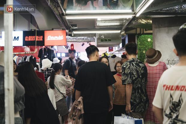 Giới trẻ Sài Gòn bung xoã hết nấc tại các toạ độ shopping: Chật kín chỗ, các shop liên tục báo cháy hàng - Ảnh 1.