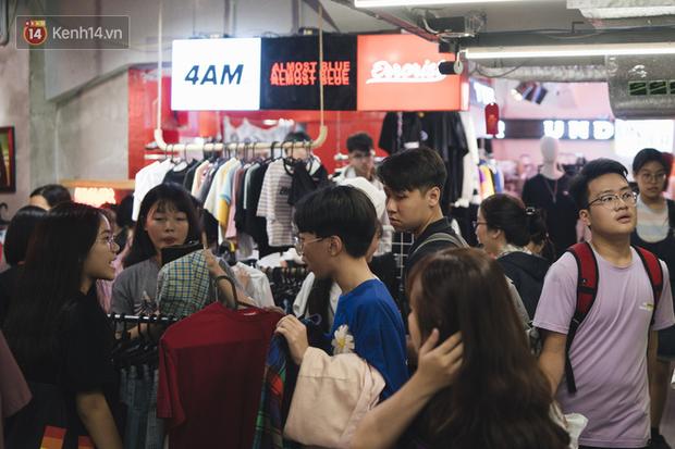 Giới trẻ Sài Gòn bung xoã hết nấc tại các toạ độ shopping: Chật kín chỗ, các shop liên tục báo cháy hàng - Ảnh 4.