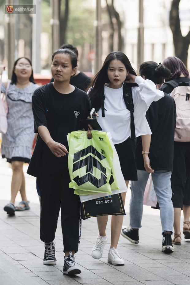 Giới trẻ Sài Gòn bung xoã hết nấc tại các toạ độ shopping: Chật kín chỗ, các shop liên tục báo cháy hàng - Ảnh 6.