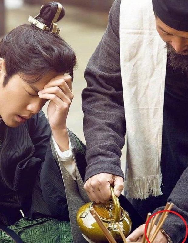 Loạt sạn ngớ ngẩn của 5 bom tấn truyền hình Hoa Ngữ: Một diễn viên phải đóng thế đến tận 3 vai ở Trần Tình Lệnh - Ảnh 22.
