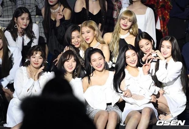 Nhìn các màn reaction giữa TWICE, BLACKPINK và Red Velvet thắm tình chị em thế này mà sao fan vẫn cứ chiến nhau chí choé được thế nhỉ? - Ảnh 11.