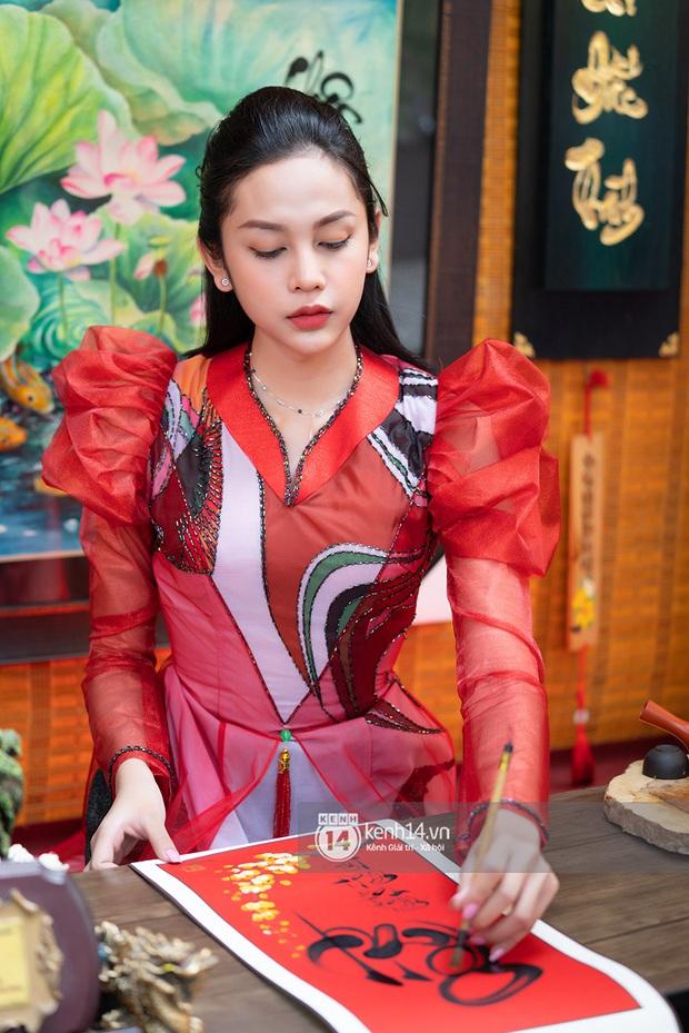 Lương Mỹ Kỳ diện áo dài đỏ rực, tươi tắn đón cái Tết đầu tiên hậu chuyển giới - Ảnh 9.