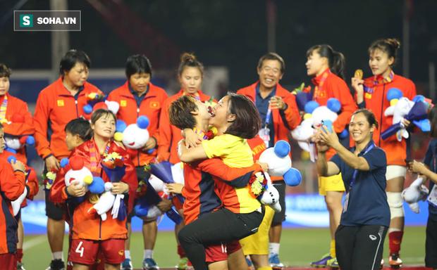 HLV tuyển nữ Việt Nam lý giải vụ cầu thủ tự liên hệ với nhà tài trợ để xin tiền thưởng - Ảnh 2.