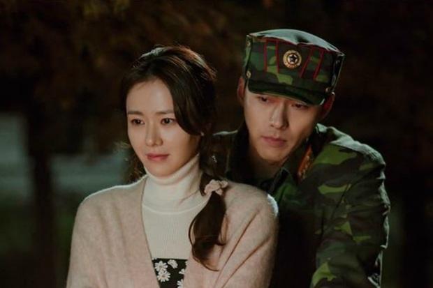 Hyun Bin - Son Ye Jin mụ mị đầu óc vì yêu ở Crash Landing On You: Nàng nhận nhầm bố chồng, chàng quên địa chỉ nhà crush - Ảnh 1.