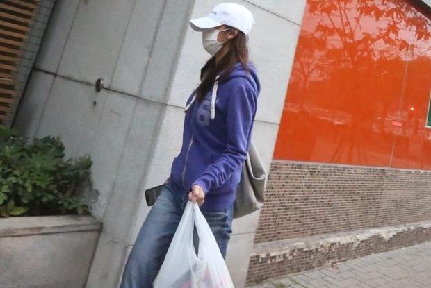 Cuộc sống chật vật của Á hậu tiểu tam Hong Kong: Gầy rộc, không dám ra đường, cơm 3 bữa đều để chị gái lo - Ảnh 5.