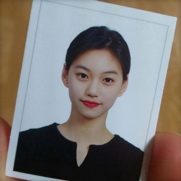 Son hồng, cam tươi vẫn luôn bị hắt hủi là sến nhưng nhìn ảnh thẻ của idol Hàn bạn sẽ hiểu chúng có công lớn thế nào - Ảnh 2.