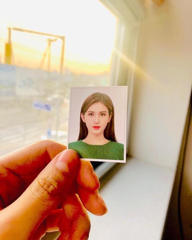 Son hồng, cam tươi vẫn luôn bị hắt hủi là sến nhưng nhìn ảnh thẻ của idol Hàn bạn sẽ hiểu chúng có công lớn thế nào - Ảnh 5.
