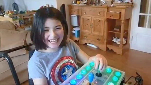 Ấm lòng người cha tự tay làm bộ điều khiển game dành riêng cho con gái tật nguyền - Ảnh 2.