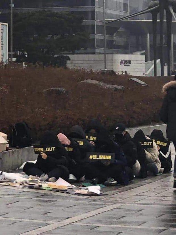 Fan Hàn hùng hổ biểu tình đòi Chen rời EXO, ai dè chỉ vài mống đến dự trong khi fan quốc tế liên tục đòi giữ nhóm 9 người - Ảnh 2.