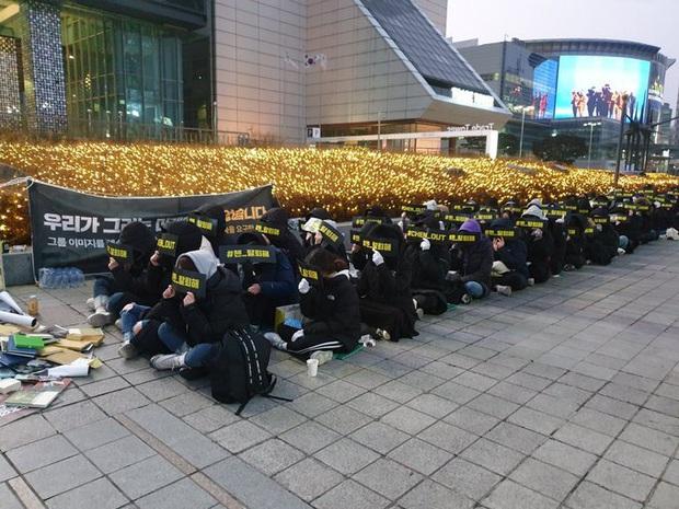Fan Hàn hùng hổ biểu tình đòi Chen rời EXO, ai dè chỉ vài mống đến dự trong khi fan quốc tế liên tục đòi giữ nhóm 9 người - Ảnh 3.