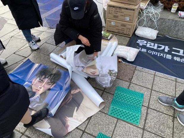Fan Hàn hùng hổ biểu tình đòi Chen rời EXO, ai dè chỉ vài mống đến dự trong khi fan quốc tế liên tục đòi giữ nhóm 9 người - Ảnh 4.
