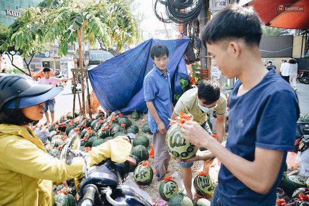 Anh thợ điêu khắc gỗ kiếm hàng triệu đồng mỗi ngày nhờ khắc dưa hấu bán dịp Tết ở Sài Gòn - Ảnh 4.