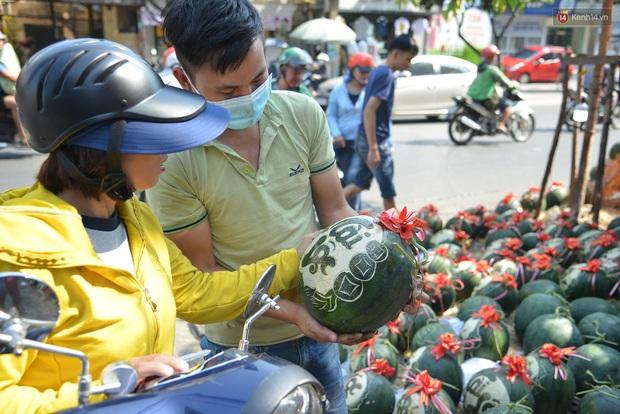 Anh thợ điêu khắc gỗ kiếm hàng triệu đồng mỗi ngày nhờ khắc dưa hấu bán dịp Tết ở Sài Gòn - Ảnh 5.
