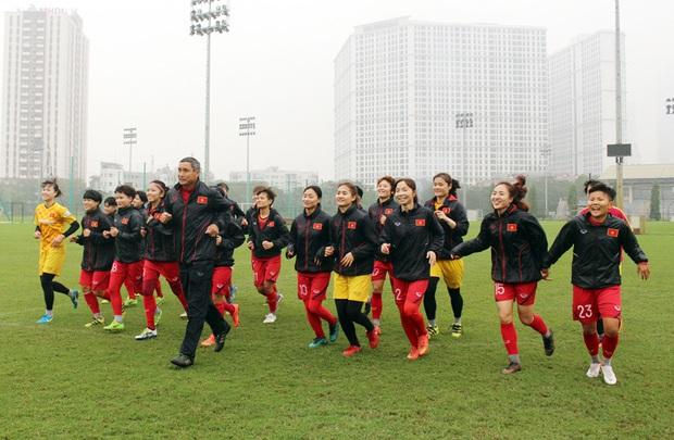 HLV Park Hang-seo mặc suit lịch lãm, có hành động đặc biệt dành cho tuyển nữ Việt Nam trước khi về Hàn Quốc đón Tết - Ảnh 1.