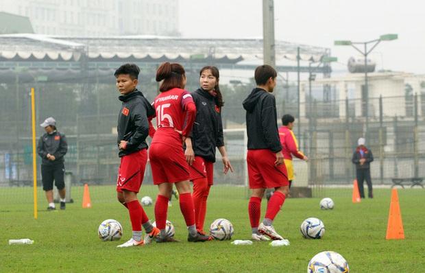 HLV Park Hang-seo mặc suit lịch lãm, có hành động đặc biệt dành cho tuyển nữ Việt Nam trước khi về Hàn Quốc đón Tết - Ảnh 5.