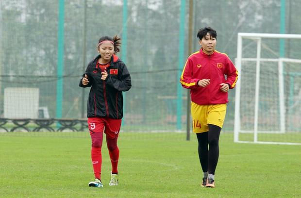 HLV Park Hang-seo mặc suit lịch lãm, có hành động đặc biệt dành cho tuyển nữ Việt Nam trước khi về Hàn Quốc đón Tết - Ảnh 6.