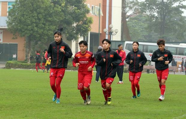 HLV Park Hang-seo mặc suit lịch lãm, có hành động đặc biệt dành cho tuyển nữ Việt Nam trước khi về Hàn Quốc đón Tết - Ảnh 7.