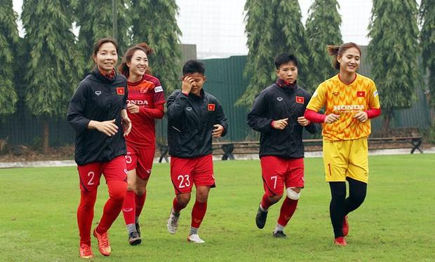 HLV Park Hang-seo mặc suit lịch lãm, có hành động đặc biệt dành cho tuyển nữ Việt Nam trước khi về Hàn Quốc đón Tết - Ảnh 8.