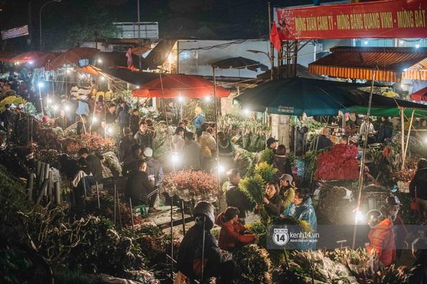 Sáng sớm cuối năm ở chợ hoa hot nhất Hà Nội: người qua kẻ lại tấp nập suốt cả đêm, nhiều bạn trẻ cũng lặn lội dậy sớm đi mua hoa - Ảnh 1.