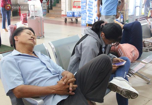 Ảnh: Hàng trăm người đem chiếu nằm ngủ, vật vờ đợi tàu về quê ăn Tết giữa cái nóng gay gắt tại ga Sài Gòn - Ảnh 9.