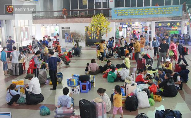 Ảnh: Hàng trăm người đem chiếu nằm ngủ, vật vờ đợi tàu về quê ăn Tết giữa cái nóng gay gắt tại ga Sài Gòn - Ảnh 3.