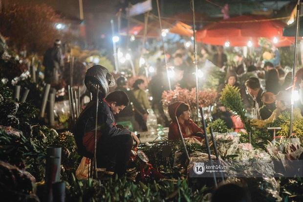 Sáng sớm cuối năm ở chợ hoa hot nhất Hà Nội: người qua kẻ lại tấp nập suốt cả đêm, nhiều bạn trẻ cũng lặn lội dậy sớm đi mua hoa - Ảnh 3.