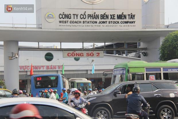 Sài Gòn ùn tắc khắp các ngả đường, Hà Nội vắng vẻ do người dân tranh thủ về quê ăn Tết từ trước - Ảnh 1.
