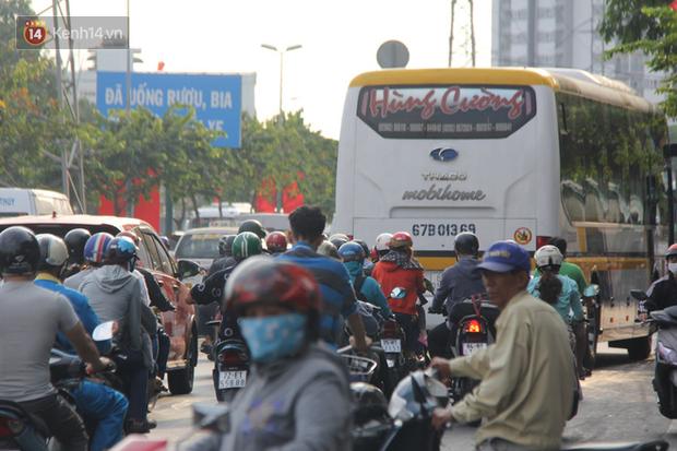 Sài Gòn ùn tắc khắp các ngả đường, Hà Nội vắng vẻ do người dân tranh thủ về quê ăn Tết từ trước - Ảnh 4.