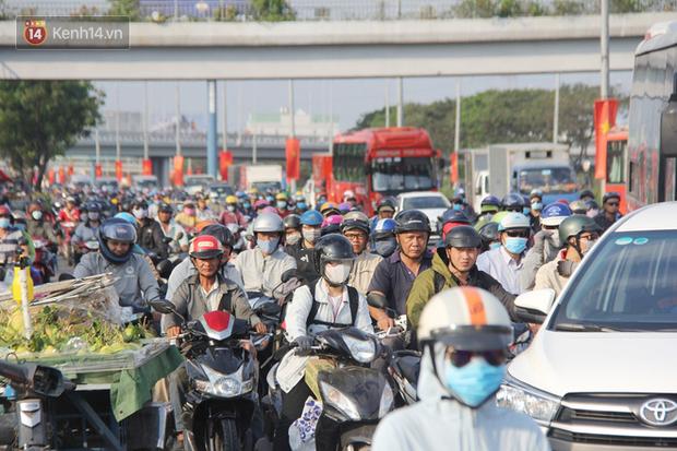 Sài Gòn ùn tắc khắp các ngả đường, Hà Nội vắng vẻ do người dân tranh thủ về quê ăn Tết từ trước - Ảnh 5.
