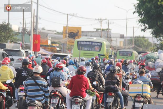 Sài Gòn ùn tắc khắp các ngả đường, Hà Nội vắng vẻ do người dân tranh thủ về quê ăn Tết từ trước - Ảnh 8.