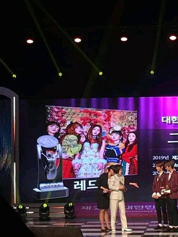 Góc hề hước: Red Velvet bận đi đu đưa concert tiền bối Taeyeon mà bỏ luôn Daesang, phải nhờ đàn em NCT Dream nhận giùm! - Ảnh 2.