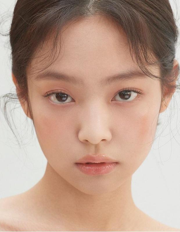 Jennie xinh đẹp mơn mởn với kiểu makeup quả đào khiến Rosé, Trà Long, Khánh Linh phải xuýt xoa - Ảnh 1.