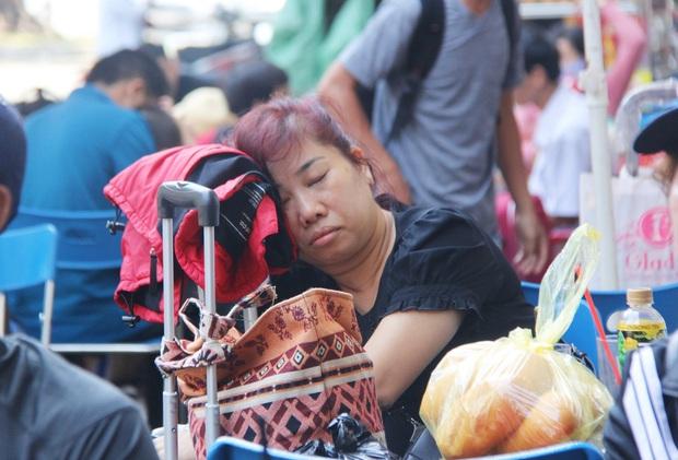 Ảnh: Hàng trăm người đem chiếu nằm ngủ, vật vờ đợi tàu về quê ăn Tết giữa cái nóng gay gắt tại ga Sài Gòn - Ảnh 5.