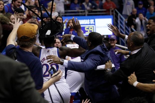 Cầu thủ bóng rổ đánh nhau như trên võ đài, lại còn định cầm cả ghế phang vào đầu đối thủ - Ảnh 8.