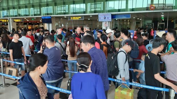 Sân bay Tân Sơn Nhất vỡ trận, hàng nghìn người rồng rắn xếp hàng dài, nằm ngồi vạ vật chờ giờ check in về quê đón Tết - Ảnh 4.