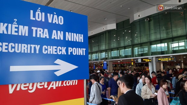 Sân bay Tân Sơn Nhất vỡ trận, hàng nghìn người rồng rắn xếp hàng dài, nằm ngồi vạ vật chờ giờ check in về quê đón Tết - Ảnh 3.