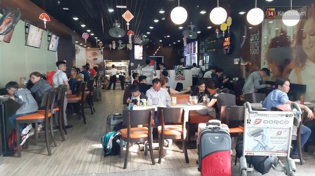 Sân bay Tân Sơn Nhất vỡ trận, hàng nghìn người rồng rắn xếp hàng dài, nằm ngồi vạ vật chờ giờ check in về quê đón Tết - Ảnh 8.