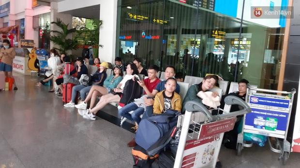 Sân bay Tân Sơn Nhất vỡ trận, hàng nghìn người rồng rắn xếp hàng dài, nằm ngồi vạ vật chờ giờ check in về quê đón Tết - Ảnh 7.