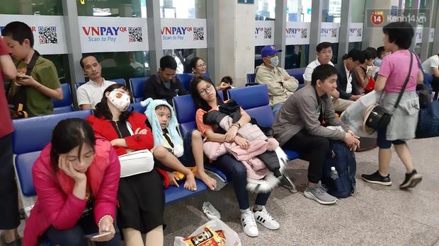 Sân bay Tân Sơn Nhất vỡ trận, hàng nghìn người rồng rắn xếp hàng dài, nằm ngồi vạ vật chờ giờ check in về quê đón Tết - Ảnh 6.