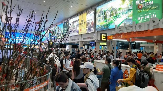 Sân bay Tân Sơn Nhất vỡ trận, hàng nghìn người rồng rắn xếp hàng dài, nằm ngồi vạ vật chờ giờ check in về quê đón Tết - Ảnh 2.