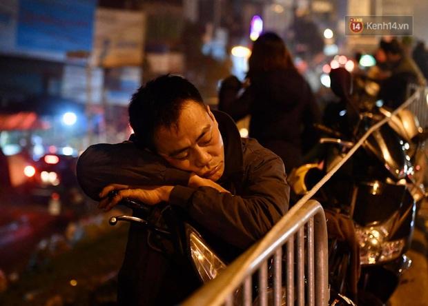 Ảnh: Chợ hoa Quảng An thất thủ, thương lái và người dân đi mua hoa tết chen chúc trong đêm - Ảnh 9.