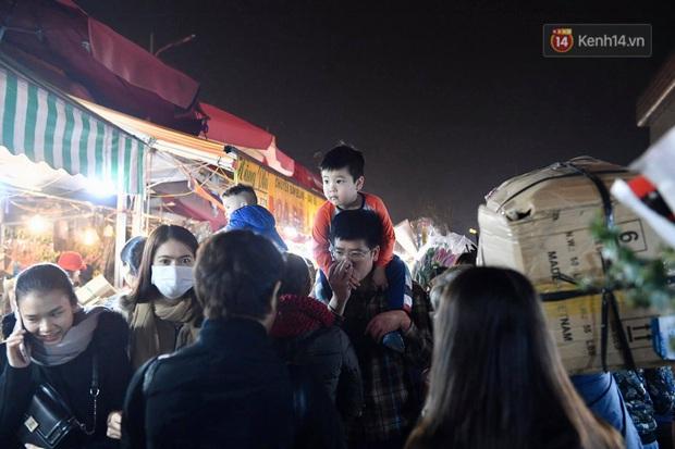 Ảnh: Chợ hoa Quảng An thất thủ, thương lái và người dân đi mua hoa tết chen chúc trong đêm - Ảnh 15.