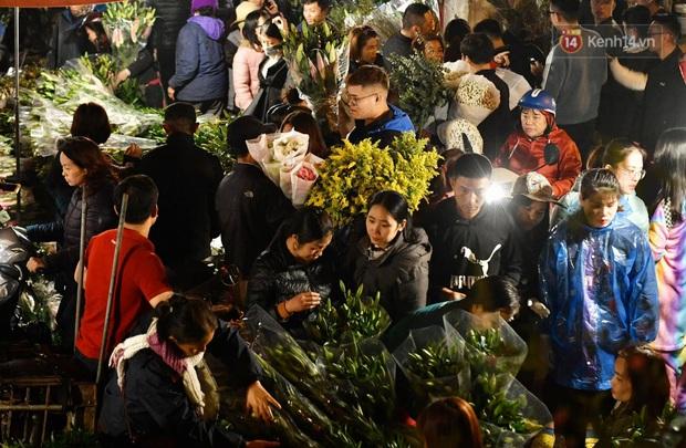 Ảnh: Chợ hoa Quảng An thất thủ, thương lái và người dân đi mua hoa tết chen chúc trong đêm - Ảnh 8.