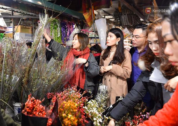 Ảnh: Chợ hoa Quảng An thất thủ, thương lái và người dân đi mua hoa tết chen chúc trong đêm - Ảnh 14.