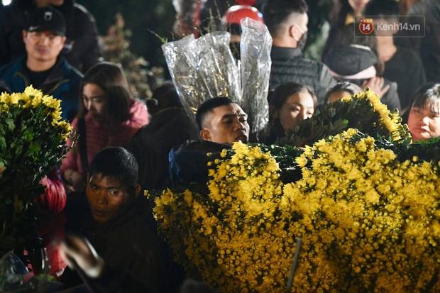 Ảnh: Chợ hoa Quảng An thất thủ, thương lái và người dân đi mua hoa tết chen chúc trong đêm - Ảnh 7.