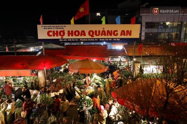 Ảnh: Chợ hoa Quảng An thất thủ, thương lái và người dân đi mua hoa tết chen chúc trong đêm - Ảnh 2.