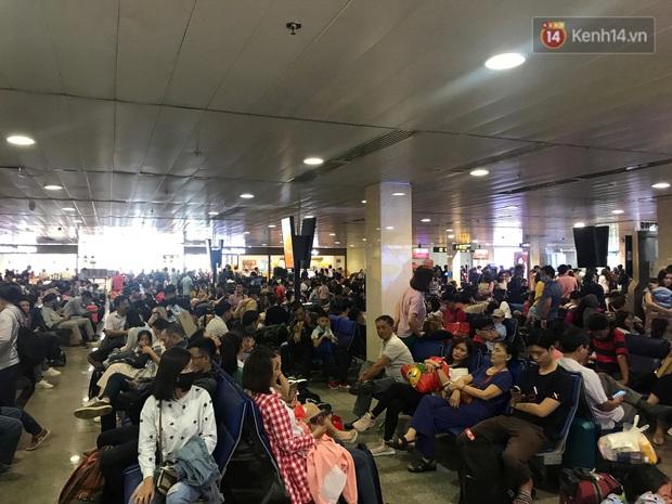 Sân bay Tân Sơn Nhất vỡ trận, hàng nghìn người rồng rắn xếp hàng dài, nằm ngồi vạ vật chờ giờ check in về quê đón Tết - Ảnh 12.