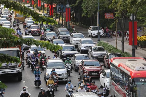 Sài Gòn ùn tắc khắp các ngả đường, Hà Nội vắng vẻ do người dân tranh thủ về quê ăn Tết từ trước - Ảnh 14.