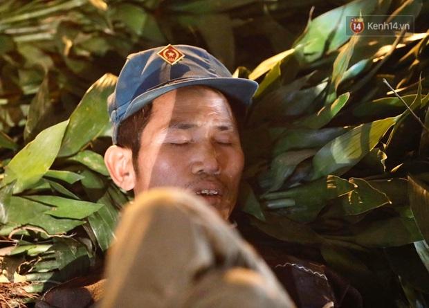 Ảnh: Chợ hoa Quảng An thất thủ, thương lái và người dân đi mua hoa tết chen chúc trong đêm - Ảnh 10.